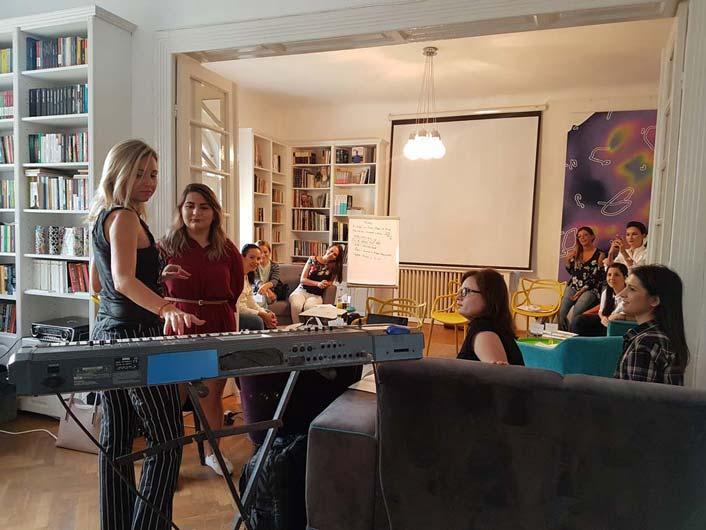 Mihaela Cernea (Class) intr-o sesiune de vocal coaching si warm-up pentru teambuilding studio inregistrari
